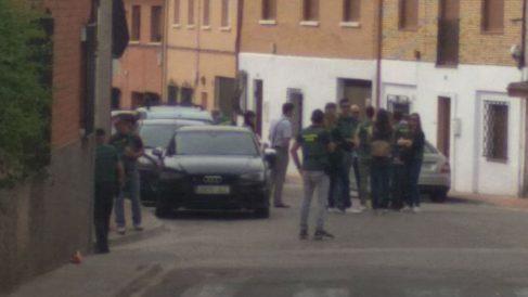 La Guardia Civil registra la casa del presunto asesino.