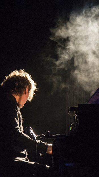 El compositor Volker Bertelmann, actuando en el Centro Cultural Conde Duque de Madrid bajo su nombre artístico Hauschka. Foto: Patricia Nieto Madroñero