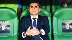 Valverde, en el banquillo del Benito Villamarín. (AFP)