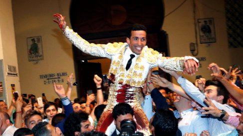 David de Miranda sale por la Puerta Grande de  Las Ventas este viernes (Foto: EFE).