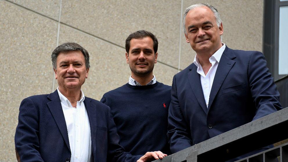 El Candidato al Parlamento Europeo, Esteban González Pons (d), junto con el candidato a las Cortes de Castilla y León, Francisco Vázquez (i), y el Candidato al Ayuntamiento de Segovia, Pablo Pérez