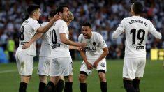 Los jugadores del Valencia celebran un gol. (EFE)