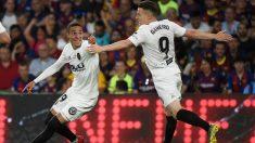 Rodrigo hizo el segundo del Valencia contra el Barcelona. (AFP)