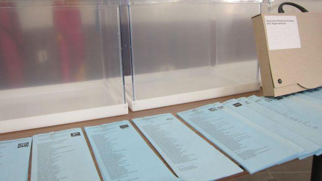 Urnas y papeletas destinadas a las elecciones de este 26-M