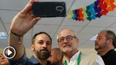 Santiago Abascal se saca una fotografía en su colegio electoral.