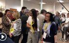 Las apoderadas de ERC entorpecen el paso a Valls a su llegada al colegio electoral