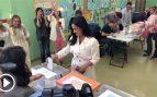 Villacís acude a votar con un look muy Meghan Markle y entre gritos de «¡alcaldesa, alcaldesa!»