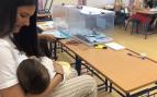 Una presidenta de mesa en Sevilla amamanta a su hijo 'in situ' como protesta contra la Junta Electoral