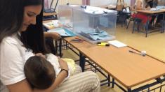 La sevillana de Arahal amamanta a su hijo en la mesa electoral. @EFE