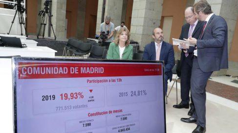 La consejera madrileña Engracia junto a los responsables del recuento electoral del 26-M.