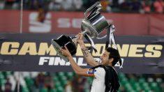 Parejo levanta la Copa del Rey conquistada en el Villamarín. (EFE)