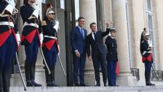 Pedro Sánchez es recibido por Macron a las puertas del Palacio del Elíseo. @Twitter