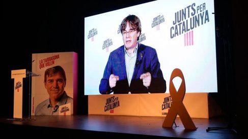 Videoconferencia del expresident y candidato al Parlamento Europeo, Carles Puigdemont, en el mitin de JxCAT que ha tenido lugar esta noche en Tarragona. Foto: EFE