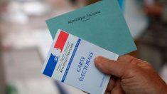 Un ciudadanos francés lleva la acreditación pertinente para ejercer el voto y una de las papeletas. Foto:AFP
