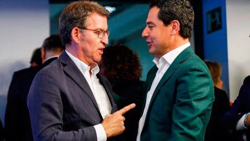 El presidente del PPdG, Alberto Núñez Feijóo (i), conversa con el líder de la formación en Andalucía, Juanma Moreno (d), durante la reunión del Comité Ejecutivo Nacional celebrada este lunes en la sede del partido, en Madrid. Foto: EFE