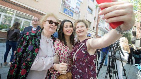 Inés Arrimadas se fotografía con dos ciudadanas durante la jornada electoral del 26-M.