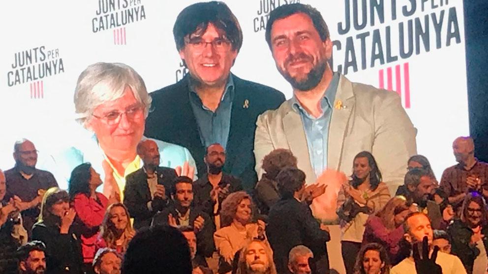 Clara Ponsatí, Carles Puigdemont y Toni Comín en una conexión por vídeo con la sede de JxCAT durante la jornada de elecciones europeas 2019. Foto: EP