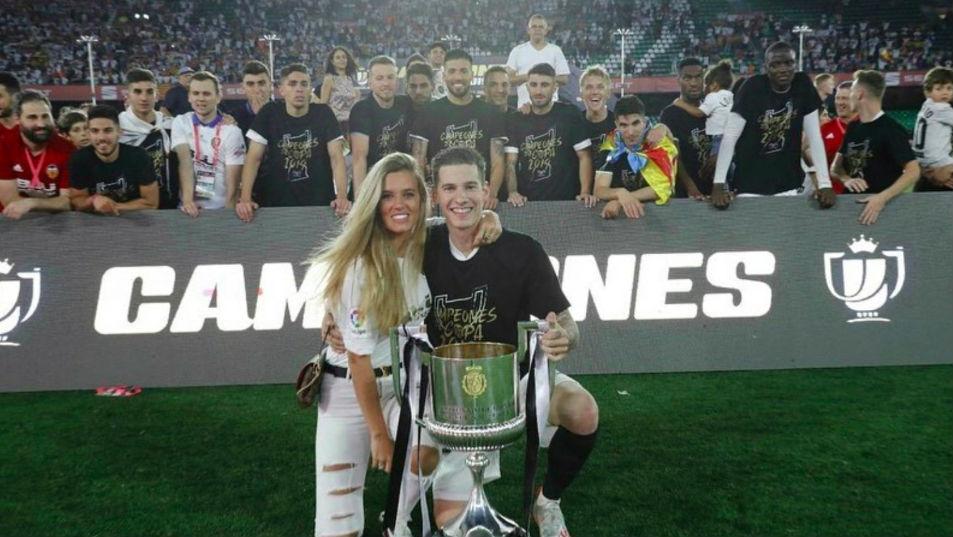 Santi Mina posa con su novia en la celebración de Copa del Rey.