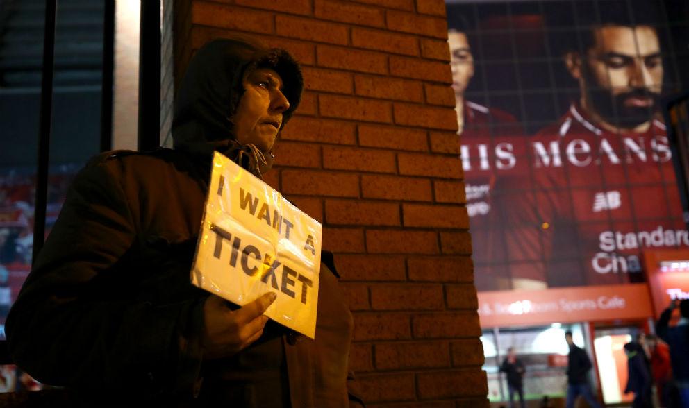 Un aficionado del Liverpool, en busca de una entrada para la final de la Champions. (Getty)
