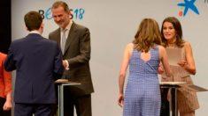 Los monarcas Felipe Vi y Letizia en la ceremonia de entrega de las 120 becas que La Caixa ha concedido para la formación de estudiantes en el extranjero. Foto. EP