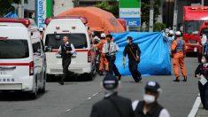 La Policía japonesa y varias ambulancias trabajando en el lugar del crimen. Foto: AFP