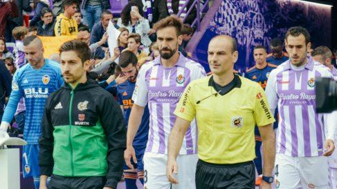Los jugadores de Valladolid y Valencia saltan al campo.
