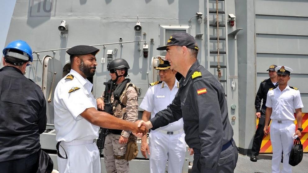 El comandante de la 'Méndez Nuñez', González del Tánago, durante la estancia de la fragata en Bombay (Foto: Armada india).