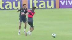 Rifirrafe entre Neymar y Weverton durante el entrenamiento de la selección brasileña.