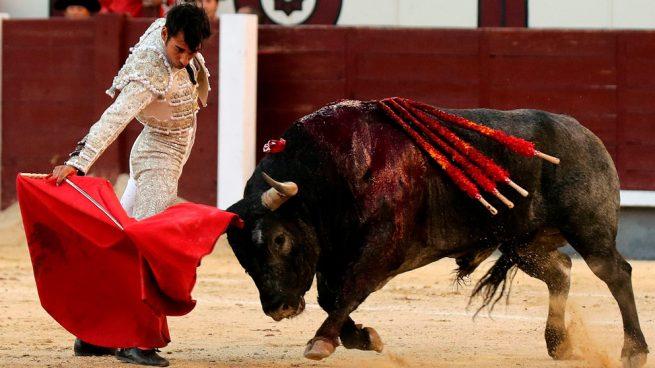 Los toreros dan la cara y imponen a la dureza de los «escolares» y al peligro del viento