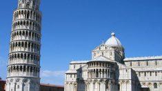 Después de la construcción de la tercera planta en el año 1178, la torre se inclinó tres metros.