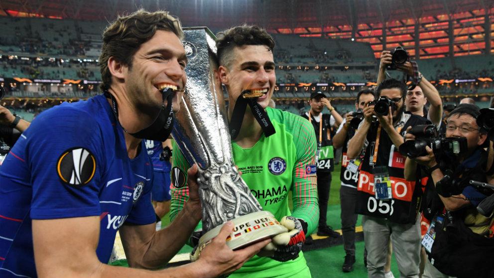 Marcos Alonso y Kepa celebran la Europa League conquistada con el Chelsea (AFP)