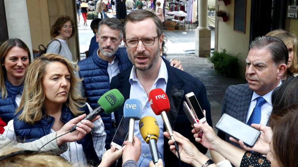 El vicesecretario general del PP, JavierMaroto, durante una visita a Oviedo junto a la candidata del PP a la Presidencia del Principado. Foto: EFE