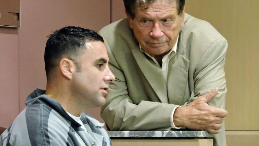 Pablo Ibar conversa con su abogado durante el juicio. Foto: AFP
