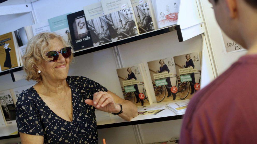 Manuela Carmena en la Feria del Libro.