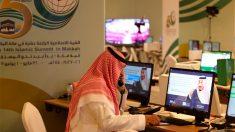 Un periodista trabajando en la cumbre de las naciones islámicas en La Meca (Foto: AFP)