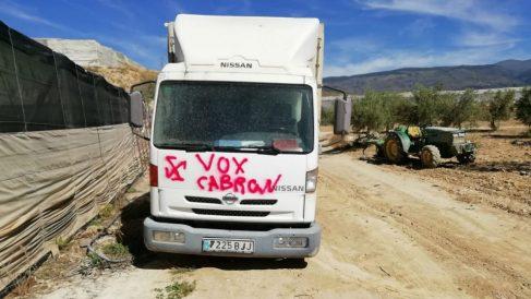 Pintadas en el camión de Vox