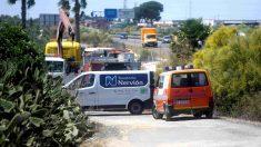La grúa retira el coche en el que falleció José Antonio Reyes. (EFE)