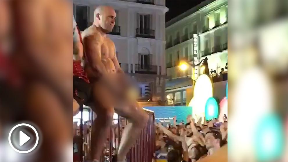 Detenido un 'hooligan' del Liverpool por masturbarse desnudo en la Puerta del Sol y abusar de una turista.
