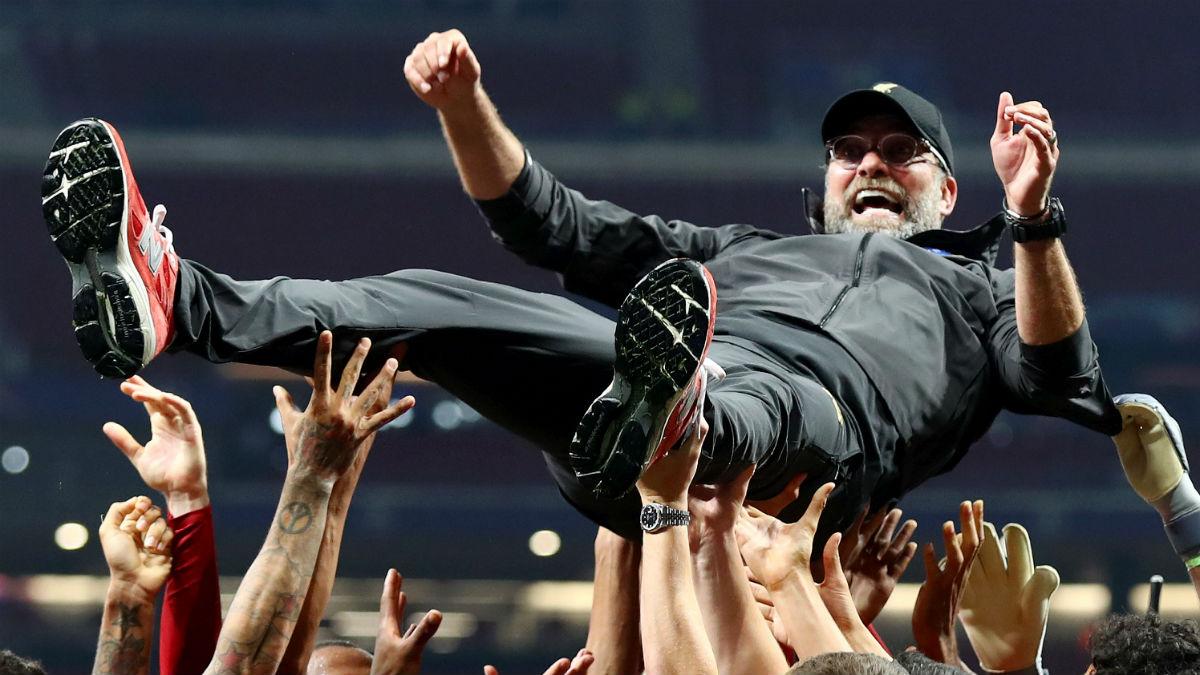 Jurgen Klopp, manteado por sus jugadores tras la final de la Champions. (Getty).