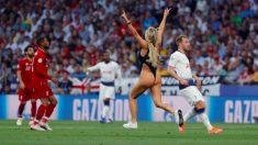 La espontánea, en el césped en la final de la Champions League.