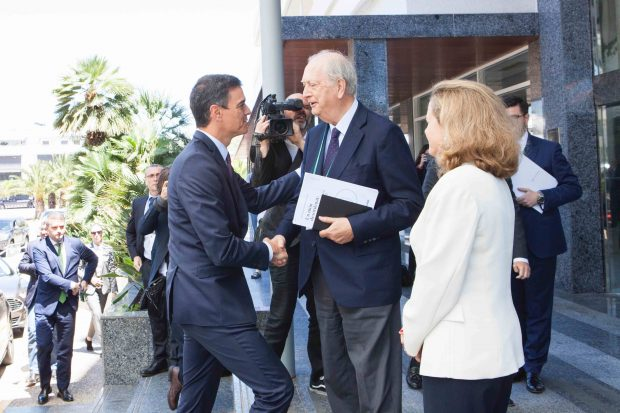 Sánchez, junto a Calviño, saludando a su llegada al presidente del Círculo de Economía Juan José Bruguera. Foto: Joan Guirado