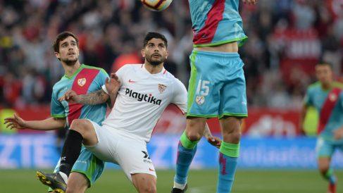 Éver Banega en un partido contra el Rayo Vallecano (AFP)