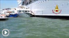 El crucero MSC Opera choca contra el muelle del puerto de Venecia.