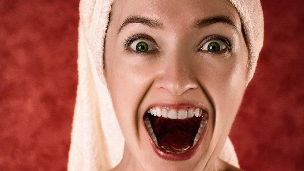 Aunque las causas de sufrir bruxismo no están del todo claras, una de estas podría ser una mala alineación de los dientes.