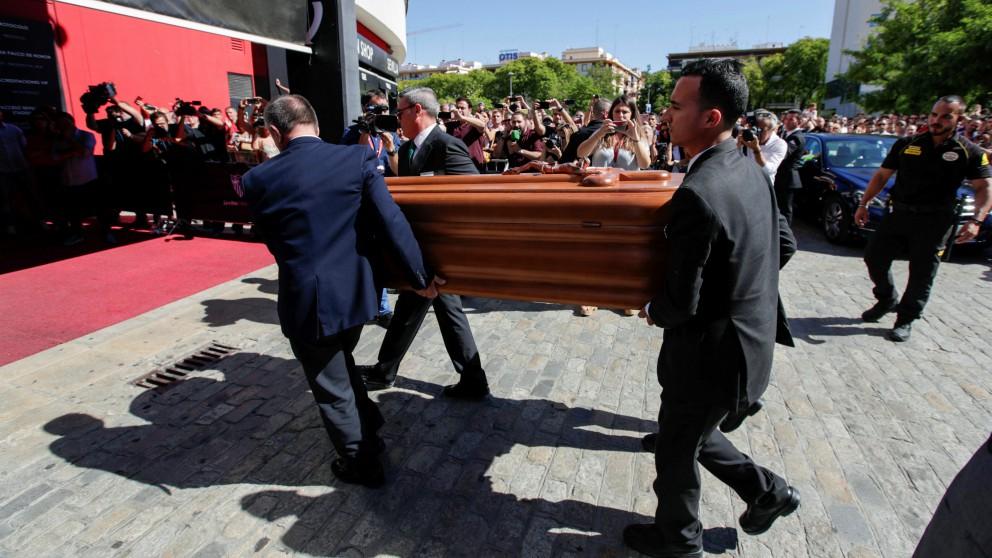 El féretro con los restos de José Antonio Reyes, a su llegada al Sánchez Pizjuán. (EFE)