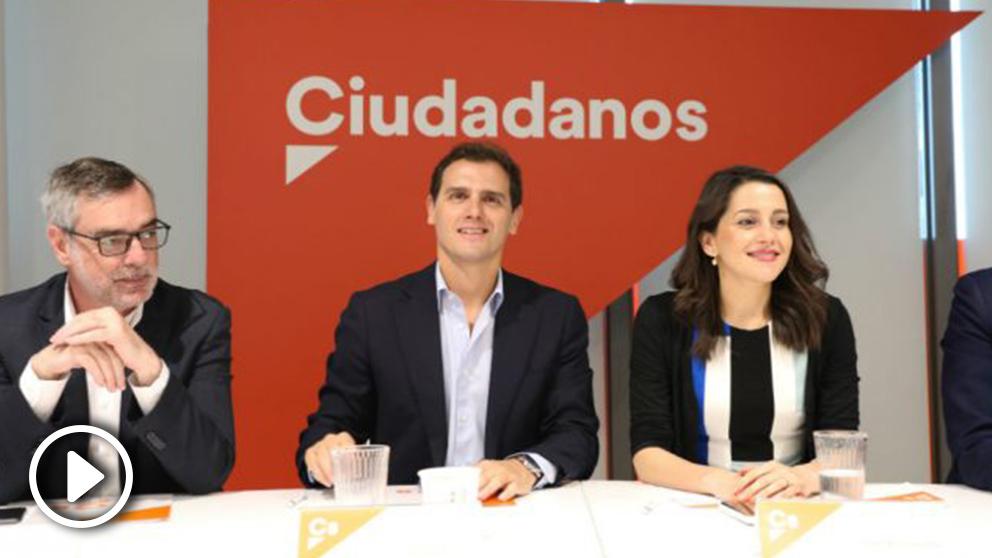 Rivera (d), junto a Arrimadas y Villegas en la Ejecutiva de Ciudadanos. (Foto: EP)