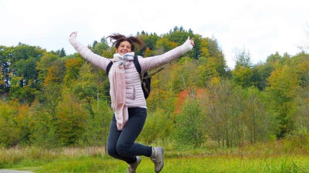 Mujer salta en el aire