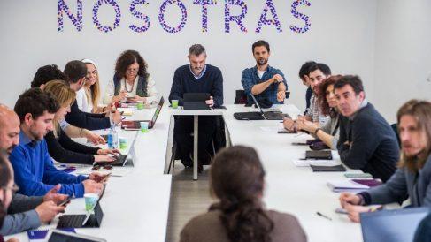 Pablo Iglesias con los líderes territoriales en una reunión en 2018. (Foto. Podemos)