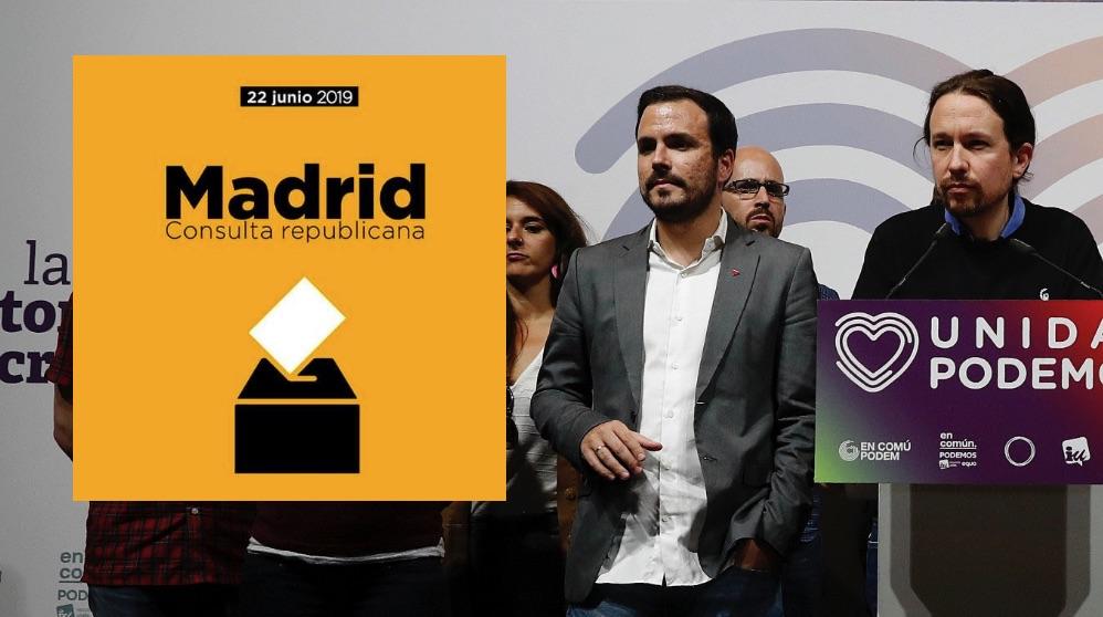 Pablo Iglesias y Alberto Garzón junto al cartel del referéndum. (Foto. EFE)