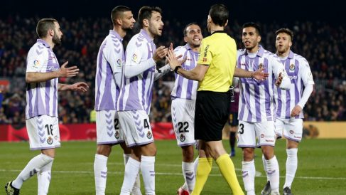Los jugadores del Valladolid protestan una decisión arbitral. (AFP)